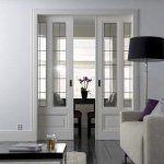 Межкомнатные двери в интерьере заслуживают не меньшего внимания, чем все остальное в вашем доме. Классические деревянные, необычные металлические, выдвижные и традиционные, белые, черные и всех цветов радуги – сейчас производители предлагают столько вариантов, что глаза разбегаются. Выбирайте то, что лучше всего подойдет вашему интерьеру и вкусу. Пусть наши фото помогут вам в этом нелегком деле …