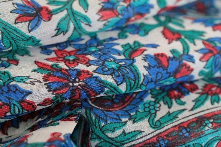 Splendide foulard artisanel en soie indienne naturelle et douce à petit prix. Ce beau foulard homme et femme est très chic, doux, léger et luxueux.