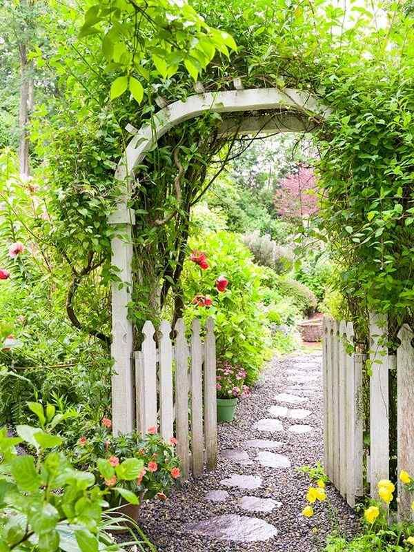 gartenweg trittsteine kies holz pergola kletterpflanzen
