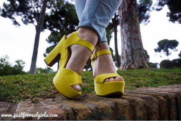 ¡Primer planazo de las sandalias de tacón de #MARYPAZ! Pregunta por ellas con la referencia ► 73516 (disponible en 4 colores diferentes). Foto: @jfrgirls   Tiendas: www.gruponumero1.com/marcas/marypaz/