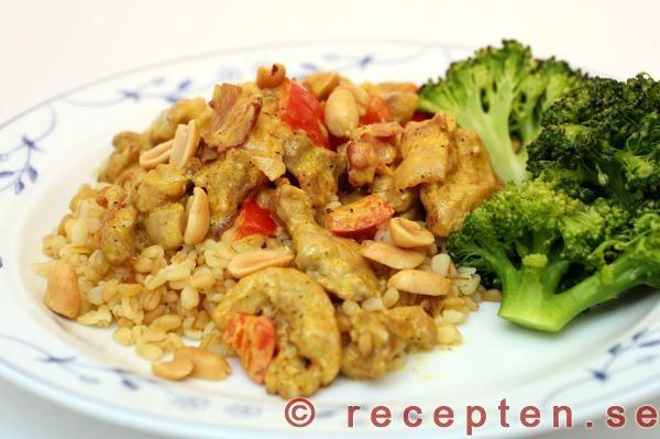 Snabbt och gott recept med kyckling kryddad med curry. Det går bra med kycklinglårfilé eller kycklingfilé. Kycklinglårfilén blir allra godast. Bacon och salta jordnötter gör att det blir extra gott!