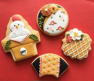 View narikao23's Instagram 1月23日(月)の1日限定の『和柄レッスン』のサンプルができました!✨ 12月にできなかったモロッカン柄(和ではありませんが)も再度取り入れ、あとは酉年麻の葉模様、色合いやデザインにもこだわりました❤️ 大人可愛い❤️和柄クッキーを一緒につくりませんか?✨ こちらは限定1日のレッスンとなります。人数にも限りがございます 後程ブログにて募集致しますので、ご興味ある方は是非ブログからご予約下さい #お正月 #お正月クッキー #酉年 #来年は酉年 #麻の葉模様 #和柄 #和柄クッキー #鏡餅 #よく見たら #にわとり #1月 #1day #1dayレッスン #アイシングクッキー #アイシングクッキーレッスン #アイシングクッキーサロン #jsaアイシングクッキー認定講師 #宮城 #仙台 #青葉区 #tresor #トレゾア #nari 1415581756228944703_1724747716