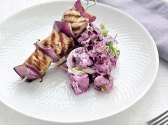 Gegrilde kalfsspiesjes met rode ui en rode bietsalade met yoghurt en munt