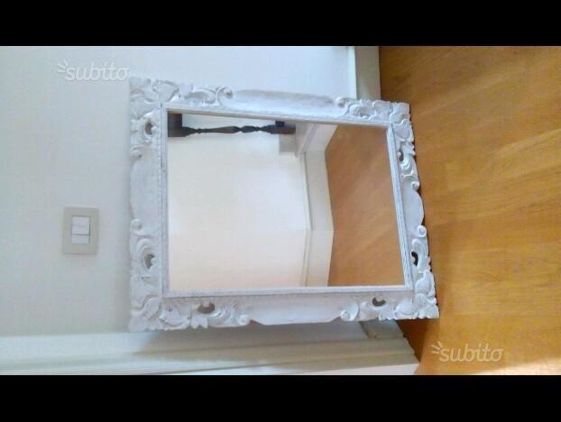 specchio-bianco-con-cornice-intarsiata-in-legno