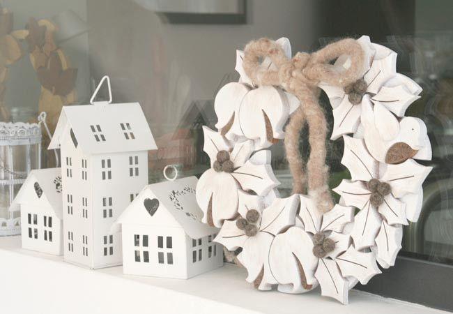 ghirlanda bianca in legno e feltro stile shabby  di Nuvole di Legno su DaWanda.com