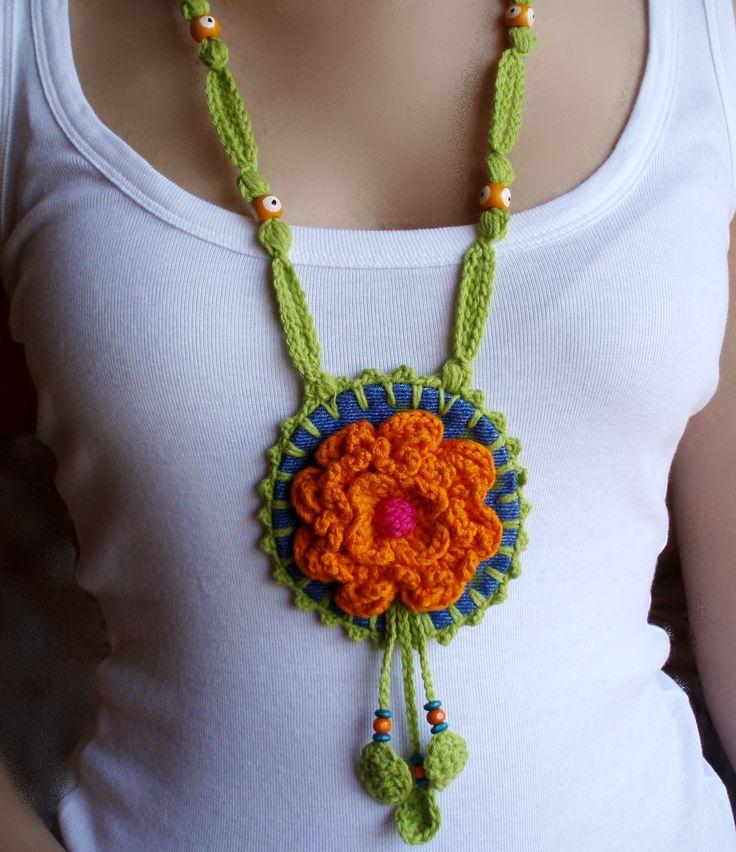 #complementos #crochet. #Collar medallón  en denim y crochet. Diseño de DIDIcrochet.    http://DIDIcrochet.dawanda.com