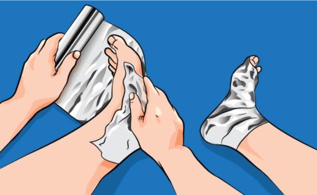 Incredibile, avvolge i piedi nell'alluminio ed ecco cosa succede. Sorprendente è dire poco. E chi l'avrebbe mai detto che la carta stagnola ha anche queste proprietà? E noi che l'abbiamo usata sempre e solo in cucina...