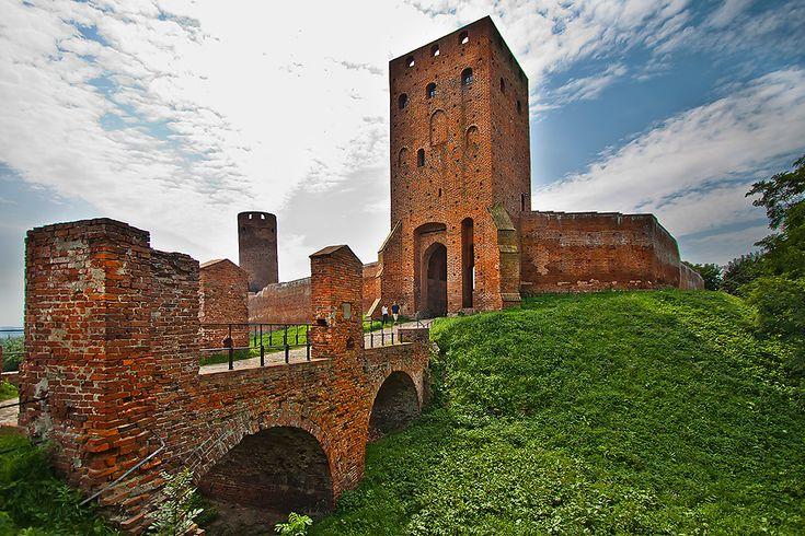 Zamek Książąt Mazowieckich w Czersku wybudowany w latach 1388 - 1410 na zlecenie księcia mazowieckiego Janusza I, na miejscu XI-wiecznego grodu. Obecnie zamek udostępniony jest zwiedzającym.