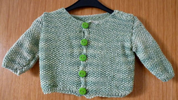Babyjacke aus Wolle und Seide mit handgearbeiteten Fimoknöpfchen