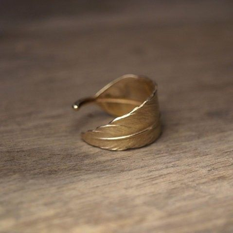 Feather ring: Leaf Rings, Gold Leaf, Gold Feathers, Fashion Style, Rings Fingers, Napkins Rings, Gold Rings, Feathers Rings, Ears Cuffs