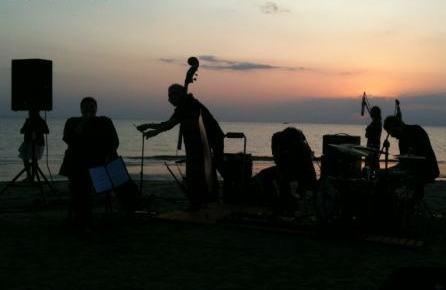 Tra musica e poesia all'alba sulla spiaggia di Riccione