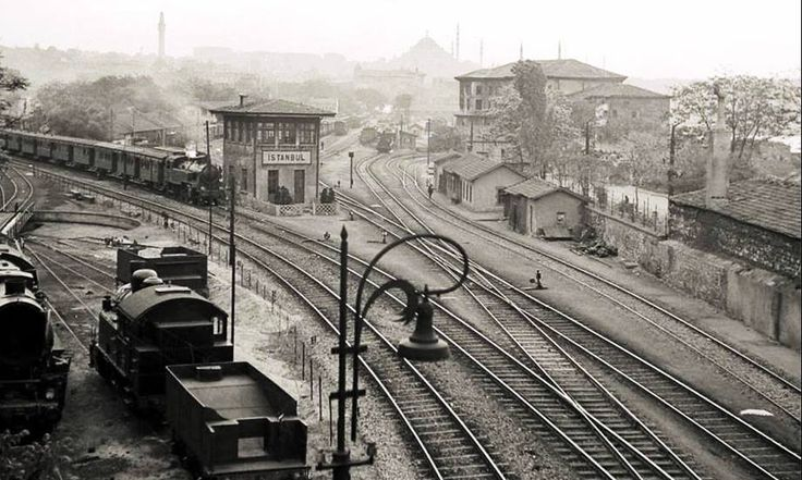 Sirkeci garı; sağ tarafta Sepetçiler Kasrı 1950 ' ler İstanbul