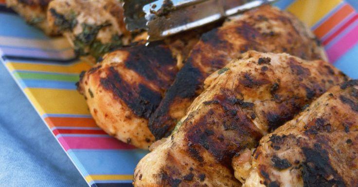 Cómo cortar una pechuga de pollo en chuletas. Cortar pechugas de pollo en chuletas puede realizarse fácilmente una vez que conoces la técnica. Esto puede ser práctico cuando quieres cocinar un platillo con chuletas y sólo cuentas con pechugas de pollo en tu refrigerador. A continuación puedes encontrar las instrucciones paso por paso sobre cómo cortar pechugas de pollo en chuletas, las cuales ...