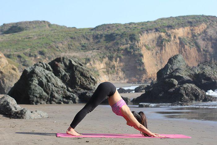 ヨガのポーズの中でも、万能ポーズと言われる効能がたくさんの「ダウンドッグ」。  両手は肩幅に、両足は腰幅にひらきます。 手の平と足の裏はしっかりと大地を踏みしめ、呼吸を4回ほど行いましょう。  息を吐き出すときに、腹筋をぐーっと締めていきます。体の中心部にエネルギーを与えていく感覚です。  このポーズでは、「お腹を締める動作」をイメージします。