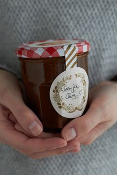 Leckere und schnell gemachte salzige Karamellsoße, die zu fast allem passt zb (Apfel-) kuchen, Eis, Bananendesserts usw. http://www.tastesheriff.com/salzige-karamellsosse/