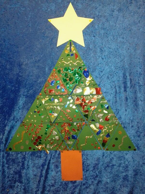 Groepswerk: iedereen een.driehoek versieren, samen een kerstboom maken: gezien bij mijn collega @Chantal Ernens-Maes Ernens-Maes