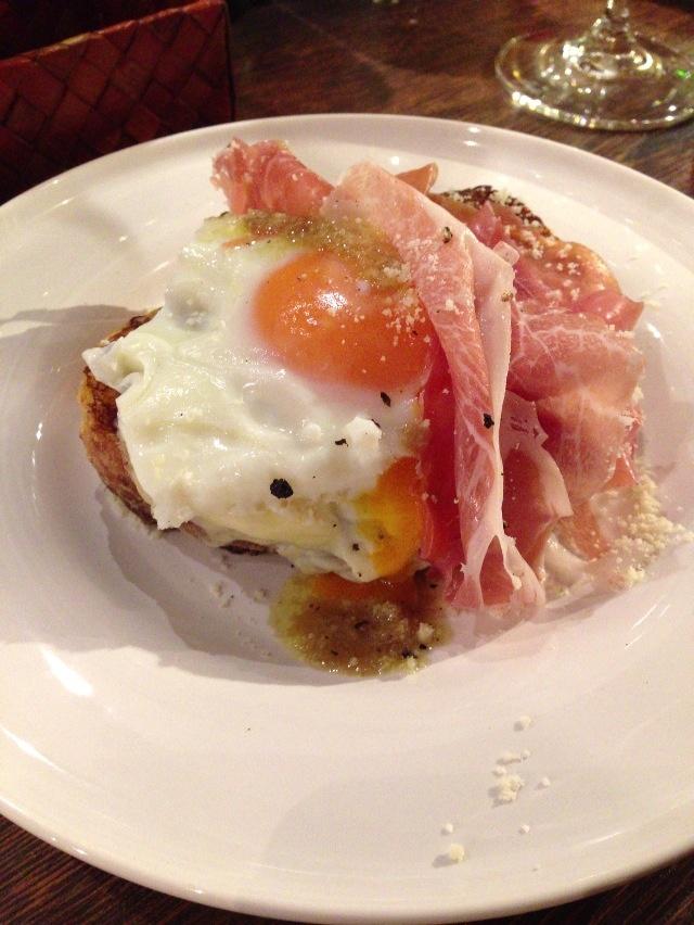 生ハムとモッツァレラチーズ、半熟卵のカロッツァ