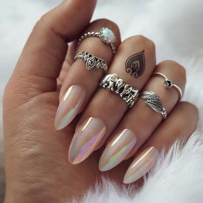 deco nail art, ongles holographiques design pointu