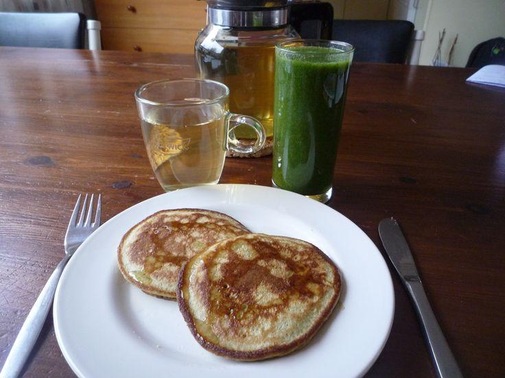 Een super ontbijt, groene smoothie, groene pannenkoekjes (courgette van Amber Albarda) en kopje groene thee