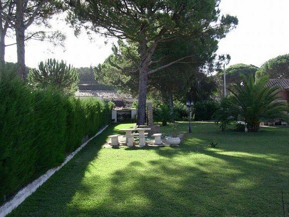 CHICLANA, CÁDIZ Ref.3745  Alquiler de chalet independiente en la urbanización San Andrés Golf. Dispone de cuatro dormitorios, tres cuartos de baño, cocina, salón con chimenea, dos porches, solarium, barbacoa, gran piscina privada y 2.400 m. de parcela. Urbanización en el campo de golf Campano, a 10 minutos de la playa y de la zona urbana.  #CHICLANA #Cádiz