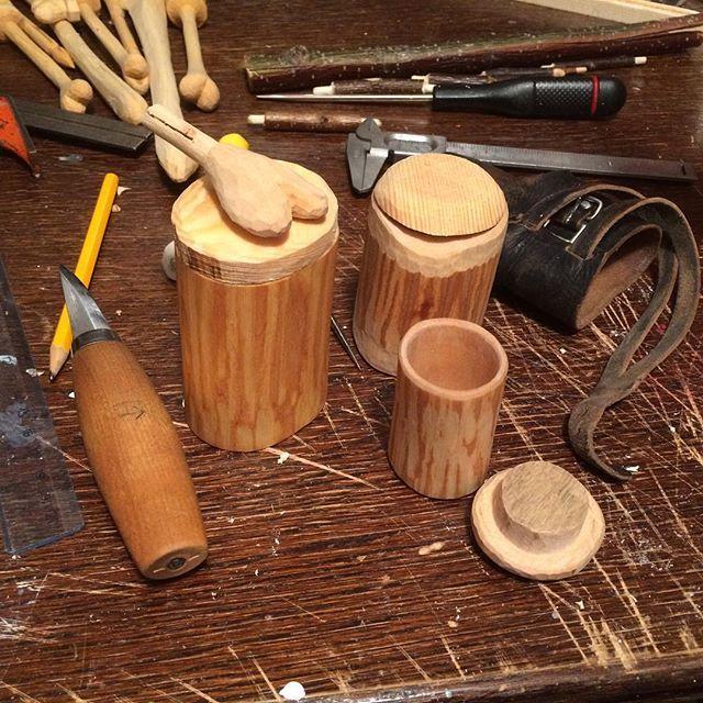 Tre krympburkar har fått lock idag. Lagom sysselsättning gör dagen, och händerna. #träslöjd #woodwork #shrinkpot #sloyd #krympburk #hjärtansslöjd #mecfs #fibromyalgia #achinghands