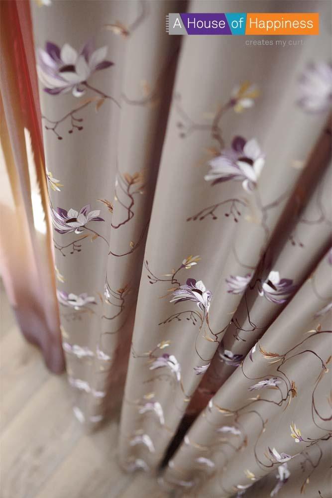 Romantische bloemen rijk geborduurd in meerkleurige garens op een zware, soepel draperende glanssatijn, Audry. #gordijn #curtains #Gardinen #Vorhänge