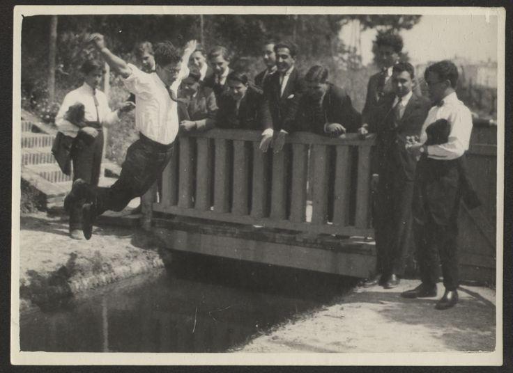 Fotografías Personales: Estudiantes saltando una acequia de los jardines de la Residencia de Estudiantes. Copia de gelatina. http://aleph.csic.es/F?func=find-c&ccl_term=SYS%3D000125538&local_base=ARCHIVOS