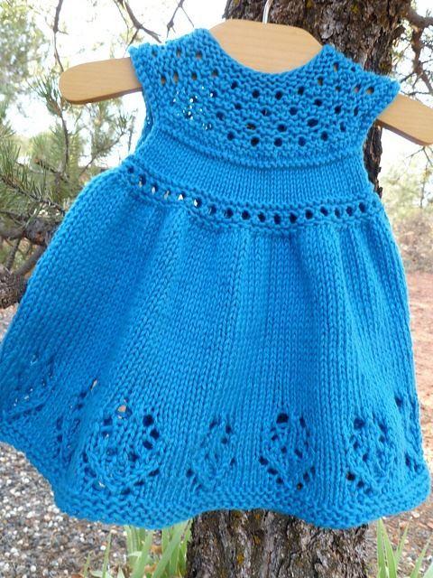 yaka kısmı ajurlu mavi örgü bebek elbisesi