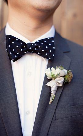 Jour de mariage avec ce noeud papillon à bois porté sur une chemise blanche et une veste grise #chic #mariage #mode #mensfashion #white #shirt #wedding #bowtie