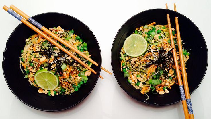 Prøv en asiatisk salat med risnudler, ferske grønnsaker og peanøttsaus! Ferdig på 15 minutter. Se oppskrift på Green Bonanza!