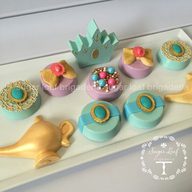 Princess Jasmine inspired Oreos for a spectacular first birthday party! #miamicustomsweets #miamioreos #chocolatecoveredoreos #crownoreos #genielamporeos #princessjasmine #aladdin