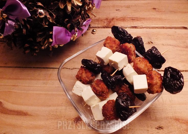 Koreczki ze śliwkami suszonymi, mini klopsikami i fetą
