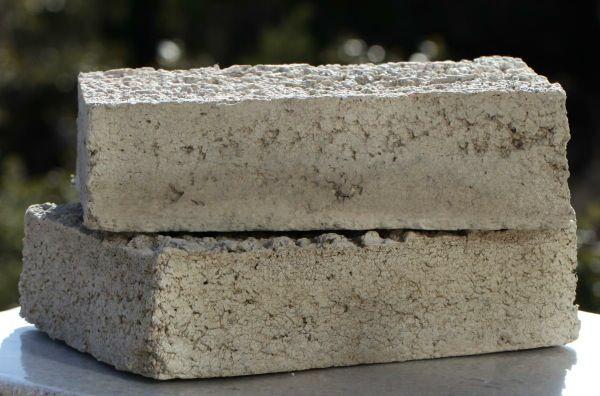 BLOX-bloques-hormigon-y-materiales-reciclados. Está fabricado con fibras de celulosa (en un 65%) procedentes de periódicos, guías telefónicas, boletos de lotería, y lodos de la industria papelera, además de por supuesto cemento. Según el fabricante, es un material resistente al fuego, agua, termitas, moho, etc.Tiene un factor de aislamiento de R3.2 por pulgada de espesor