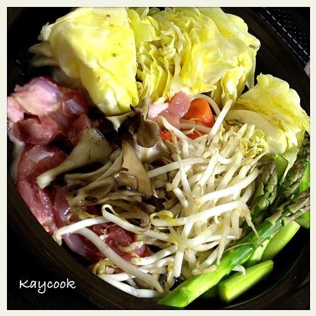 夕飯にしっかり野菜を取れるように、温野菜➕ちょっとだけ鶏肉 春キャベツは柔らかくて甘〜い - 15件のもぐもぐ - タジン鍋で温野菜 by Kaycook
