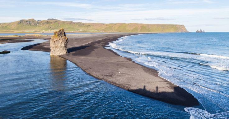 A Islândia é um país raramente associado a praias, mas o país nórdico abriga lindas faixas litorâneas. Um dos cartões-postais da terra da Björk é Reynisfjara, uma praia quase que totalmente cercada pelo mar e pontuada por lindas formações rochosas. Porém, os turistas geralmente só vão lá para caminhar e fazer fantásticas fotografias, pois o mar no local é bravo e, logicamente, bem frio