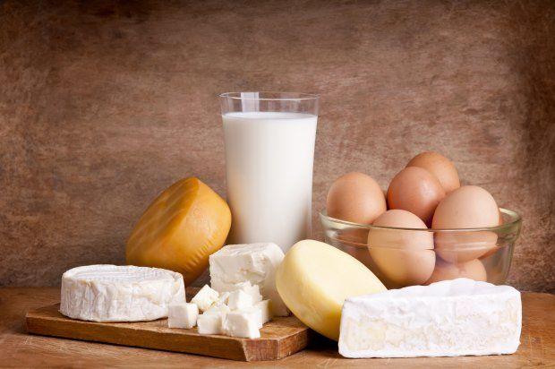 Produkty zbożowe, słodycze, sery i żywność przetworzona zawierająca dużo soli - to one zakwaszają nasz organizm. Chcąc zrównoważyć poziom kwasów, czerpiemy minerały z naszych tkanek. Ale gdy spożywamy dużo produktów zakwaszających, te minerały przestają nam wystarczać i zaczynamy niszczy własny organizm. Oto lista produktów zakwaszających.