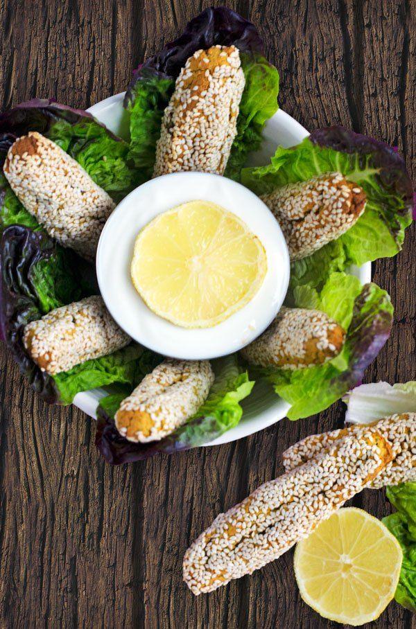 Im Ofen gebackene, kalorienarme Falafelsticks mit Sesamkruste. Nicht trocken und schön knusprig.
