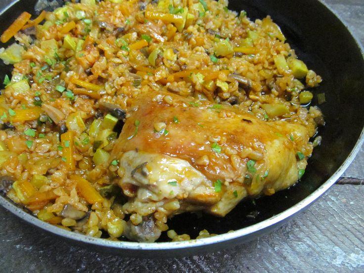 Куриное бедро, булгур, кабачок, морковь, шампиньон, соль, перец, растительное масло, томат.