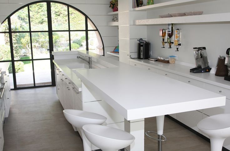 Dans le cadre de la construction d'une maison contemporaine à #Grimaud, la menuiserie a réalisé la création d'une #cuisine en #Corian®. Les plans et espaces sont moulés en un seul bloc sans jointures pour une esthétique irréprochable / As part of the construction of a modern house in Grimaud, Rafflin carpentry realized a Corian® #kitchen. Plans and spaces are molded in a single block without joints for a irreproachable esthetics. #Maison #Home #Design #Deco #Decoration #SaintTropez #Rafflin