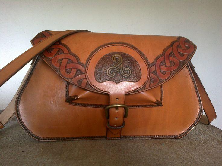 Bolso trapecio con inspiración celta ;) #cueromanjon #bolso #bag #cuero #celta