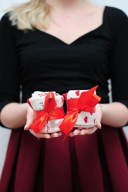 Pomysły na małe upominki - do pracy, dla rodziny lub przyjaciół.  Idealne na święta i Mikołajki -- sprawdź na blogu!  #pomysłynaprezent #pomysłnaprezent #prezenty #christmasgifts #christmasdecor