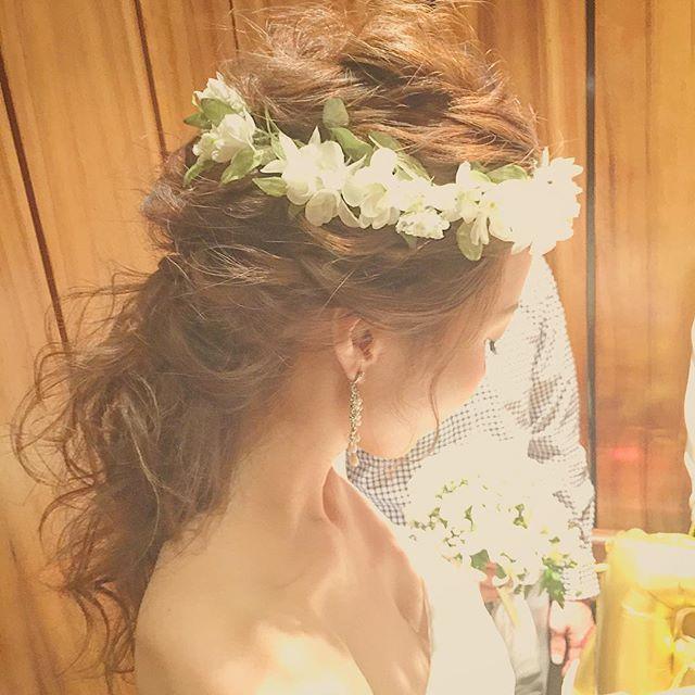 ハクレイを付けて仕上げ! このスタイルはコテ巻きです♡ 細かーく後れ毛を出して逆毛ふわっふわに. #kumikoprecious #hawaii #hawaiiwedding #wedding #weddinghair #bride #bridehair #hair #hairmake #hairstyle #hairarrange #loosehair #hakulei #ハワイ#ハワイ挙式#ハワイウェディング#ウェディング#結婚式#花嫁#プレ花嫁#おしゃれ花嫁 #ヘアメイク#ヘアスタイル#ヘアアレンジ#ルーズ#逆毛#ハクレイ#花かんむり