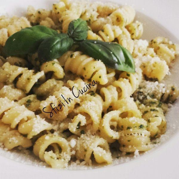 Pasta con pesto di basilico e mandorle senza aglio | Sfizi in cucina | Un classico della cucina italiana