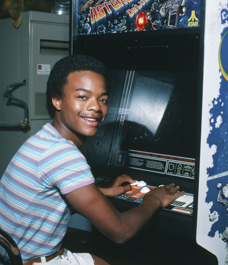 Diff'rent Strokes star Todd Bridges plays the classic arcade video game Asteroids Deluxe