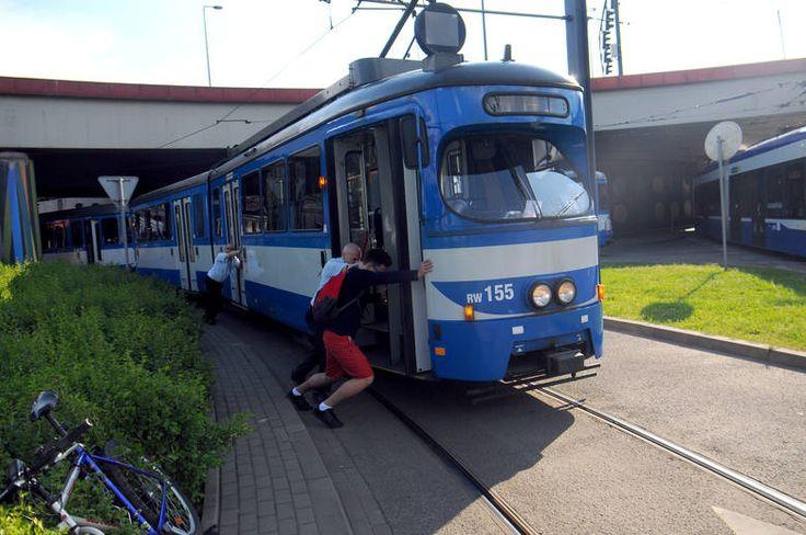 Kraków. Pasażerowie musieli przepychać tramwaj aby jechać dalej [ZDJĘCIA]