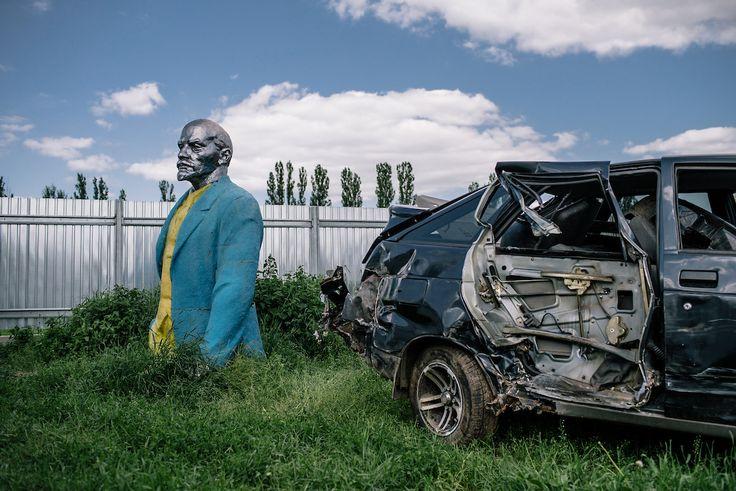 Le village de Korzhin vend cette statue au prix de 15 000 $. Cette somme lui permettrait de restaurer les écoles maternelles et primaires. Le prix est élevé et le mécanicien du coin en charge de trouver un acheteur ne pense pas tirer plus de 3 000 $ en vendant la ferraille. Korzhin, 3 juin 2016. Avec l'aimable autorisation de Niels Ackermann