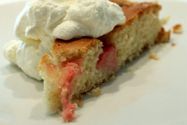 Uh, denne kage er noget særligt. Jeg har altid været begejstret for rabarber – syren i de smukke stænger har dog altid begrænset romancen en anelse. Denne kage er dog helt perfekt til mig, små himmelske bidder forår, blandet med en fyldig vanille og en let fløde: fantastisk forkælelse ovenpå en ubeskriveligt hård uge. Kagen ...Læs mere ..