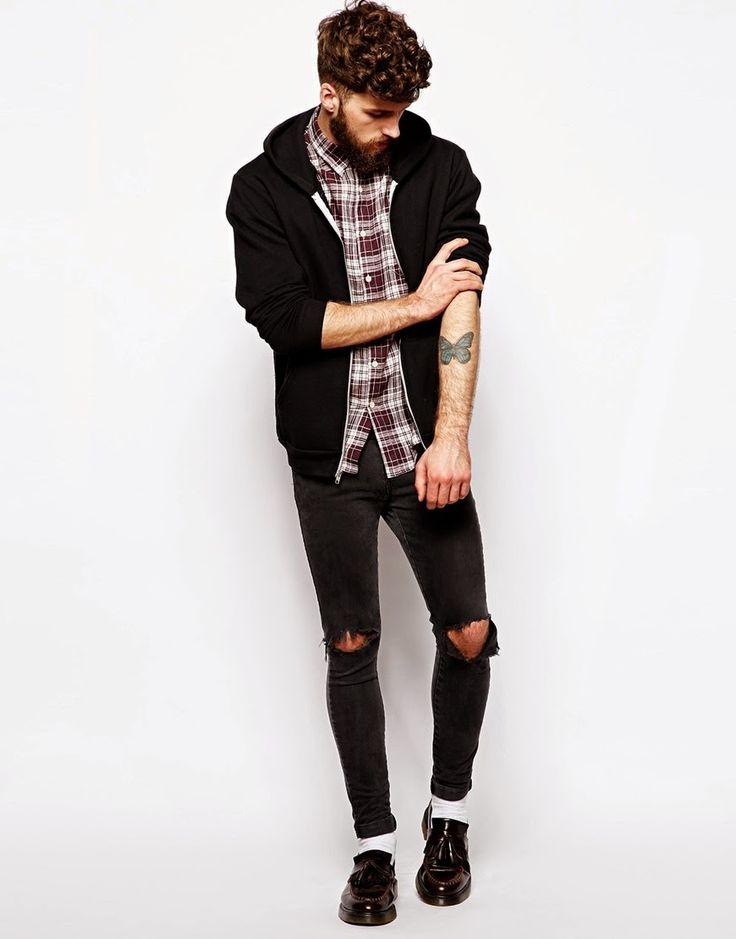 sapato social preto com salto, jeans preto rasgado, camisa social manga curta quadriculada e casaco de moletom preto.