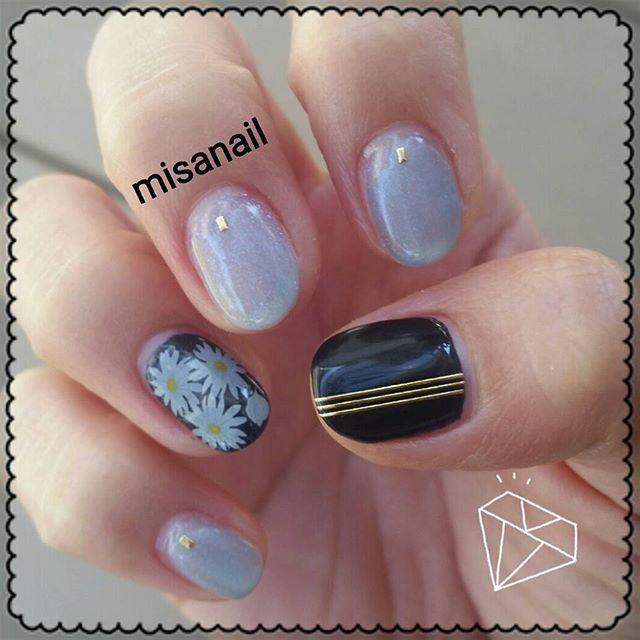 *° 使用カラー→WG-29、WG-0、CLEAR DUL BLUE(RAY BEAMS付録)  _  使用アイテム→3Dネイルアートシール(DAISO)、しずくウォーターネイルシール(マーガレット、押し花)  _  やり方→①人差し指、中指、小指にWG-29を2度塗り、CLEAR DULL BLUEを重ね、乾いてからゴールドの長方形のアートシールを貼り、WG-0で仕上げ。②親指、薬指にNE-7を2度塗り、親指は3本線のゴールドのシールを貼り、薬指にはマーガレット、花びらシールを貼り、WG-0で仕上げ。 *  WG-29を塗った後、もう少し青みが欲しかったのでCLEAR DULL BLUEをサッと重ねました(ت)♡ ジェルの上からのポリッシュですが、しっかり乾かしてからWG-0で仕上げました💅 *  ネイビーに3本線のゴールドが締まった感じでお気に入り⋈♡*。゚ *  #ネイル#セルフネイル#セルフネイル部#💅#大切な趣味#ネイビー好き #HOMEI#HOMEIウィークリージェル#明日は新しいしずくネイルシール発売?#Can Do行くぞー#楽しみ♡
