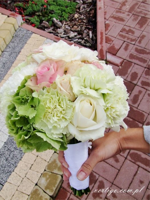 hydrangea, carnations, roses pink, green, crem and white wedding bouquet, source: http://www.vertigo.com.pl/projekty/bukiety/